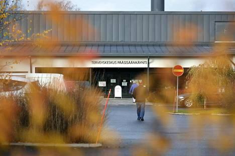 Euran terveyskeskuksessa asetettiin maskipakko. Asiakkaita kävi keskiviikkona puolilta päivin tasaisena virtana.