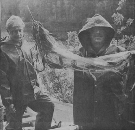 KMV-lehti kertoi 21. kesäkuuta 1990 Mäntän alapuolisen vesistön kalaselvityksen tuloksista. Kuvassa ovat Reino Sihvonen ja Tuomo Ellonen.