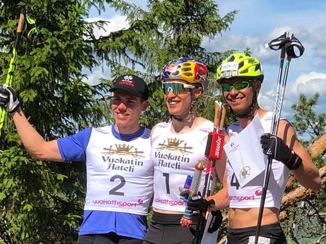 Menestyjien on helppo hymyillä. Keskellä voittaja Iivo Niskanen, vasemmalla toiseksi sijoittunut Markus Vuorela ja oikealla kisan kolmas Perttu Hyvärinen.