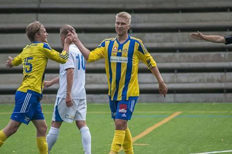Jussi Aalto (keskellä) purki hiljattain sopimuksensa Pallo-Iirojen kanssa.