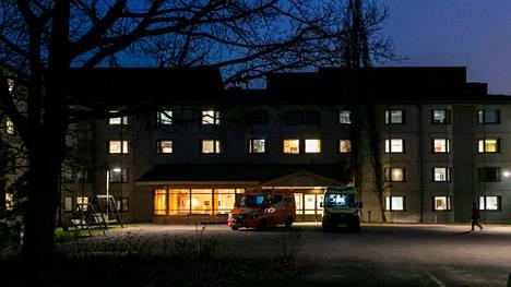 Tampereen Rauhaniemen sairaalassa vuodenvaihteessa jyllännyt koronavirusepidemia näkyy piikkinä Pirkanmaan sairaanhoitopiirin koronakuolemissa. Kuva joulukuulta 2020, jolloin Rauhaniemen epidemia oli pahimmillaan.