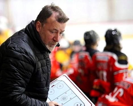 Juha Pajuojan mukaan tavoitteena tulee olla, että joka vuosi Pyryn edustukseen nousee muutama pelaaja A-nuorista.