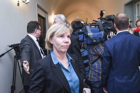 Oikeusministeri Anna-Maja Henriksson (r.) kertoo suhtautuvansa erittäin vakavasti vankilaturvallisuuteen.