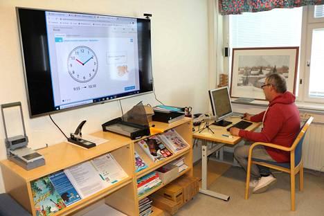 Ahlströmin koulujohtaja Timo Lindgren kokee, että etäopetus toimii Merikarvialla hyvin yhteisten laitehankintojen ja digiloikan ansiosta.