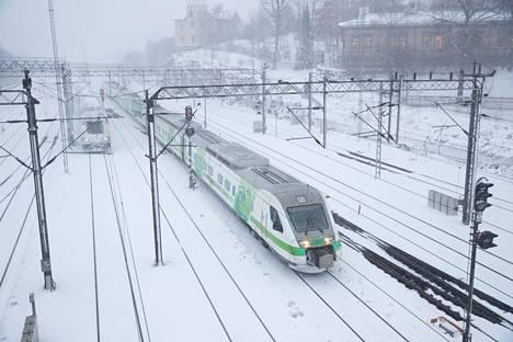 Junaliikenne on sujunut tiistaina säästä huolimatta kohtalaisen hyvin.