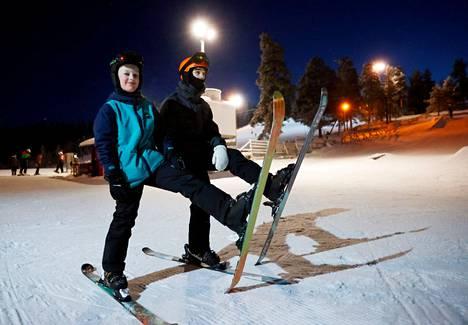 Nakkilalaiset Matias Teinilä ja Eeli IIvarinen kävivät ahkerasti Harjavallan Hiittenharjussa laskemassa tällä kaudella. Kuva helmikuun alusta.