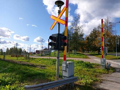 Metsä Tissuen Mäntän tehtaan tuotteita ei enää kuljeteta rautateitse, vaan kuljetukset siirtyivät maanteille. Kuva on Leikkauksen risteyksestä, josta raiteet kulkevat tehtaalle.