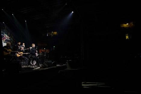 Olli Lindholmin muistokonsertissa Markus Salo.