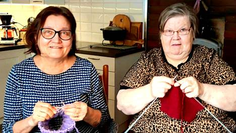 Haapamäellä asuvat Arja Viikki ja Riitta Beranger tekevät yhdessä käsitöitä ja jakavat iloja ja suruja. He voivat olla toistensa aikana juuri sellaisia kuin ovat.