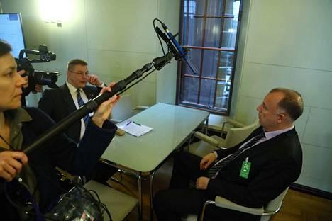 Kansanedustaja Juha Mäenpää (vas.) ja hänen avustajansa juristi Kari Uoti valmistautuivat torstaina menemään perustuslakivaliokunnan kuultaviksi.