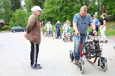 Kiinteistönhoitaja Risto Jyväsjärvi huolsi Kirsti Pummilan potkupyörän tiistaina Keuruun torilla järjestetyssä rollaattoriratsiassa.