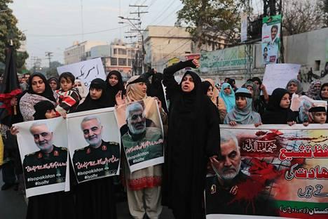 Ainakin kahdeksan henkilöä tappaneen Yhdysvaltain ilmaiskun jälkeen Pakistanissa järjestettiin protesti Yhdysvaltojen konsulaatin edustalla perjantaina. Mielenosoittajat pitelivät iskussa kuolleen iranilaisen kenraalin Qassim Suleimanin kuvia.