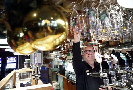 Cafe Antonin Mika Lanne harmittelee pelipöytien poistumista.