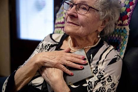 Suomessa 60 vuotta sitten voimassa olleet avioliitto- ja sterilisoimislaki eivät sallineet syntymästään asti kuurolle Maj-Lis Sundellille lupaa avioitua kuuron miehensä kanssa ilman, että hän suostui sterilisoitavaksi. Muutamaa kuukautta aiemmin pariskunta oli saanut pojan, joka jäi heidän ainoakseen.
