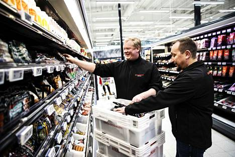 Pirkkalan K-Citymarketin kauppias Sami Sivonen (oik.) sanoo maksaneensa viime vuonna palkkoja lähes kolme miljoonaa euroa. Tiiminvetäjä Samppa Rissanen on yksi 42 työntekijästä.