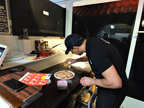 Steaktimen Arash Eskandari valmistaa Most Wanted -pitsaa Harju-Centerissä.