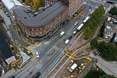 Vuolteenkadun ja Sorinkadun risteyksen katutyöt ovat käynnissä Uros-areenan alueen edessä Tampereella. Vuolteenkadulle tulee uudet leveät väylät jalankulkijoille ja pyöräilijöille. Tältä alueella näytti 24. syyskuuta.