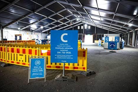 Tampereelle Hakametsän jäähallin parkkipaikalle avattiin viime viikolla Fimlabin drive-in-koronanäytteenottopiste.