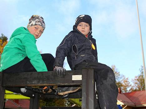 Niklas ja Väinö kiipesivät telineen korkeimmalle kohdalle arkistokuvassa vuodelta 2019. Tällä hetkellä kiipeilyt on kiipeilty, sillä vaurioitunut kiipeilyteline on käyttökiellossa.