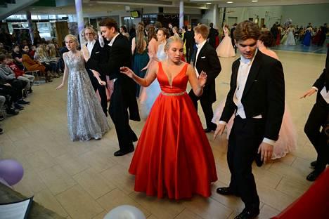 Vanhojentansseissa nähtiin upeita tanssijoita ja pukuloistoa. Lukion arkeen tanssit sopivat loistavasti, ja vanhat juhlivat vielä päivän päätteeksi iltabileissään Saarioispuolen majoilla.