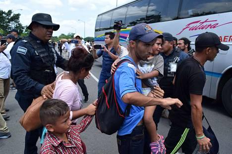 Meksikon Chiapasissa poliisi otti keskiviikkona kiinni keskiamerikkalaisia ihmisiä, jotka pyrkivät kohti Yhdysvaltoja.