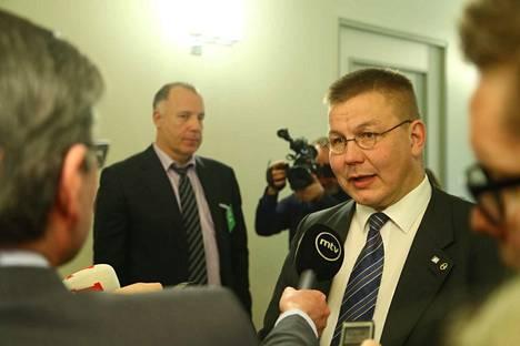 Kansanedustaja Juha Mäenpäällä (ps.) oli perustuslakivaliokunnassa avustajanaan lakimies Kari Uoti (vas.).