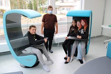 Ville-Valtteri Väliviita, Claudio Bodrug, Kristina Pahhomov, Tuuli Leivo ja Anni Mäkitalo testaavat koulun aulan uusia akustisia tuoleja.