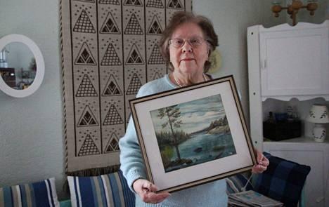 Kemissä asuneen kuorevesiläisen taidemaalari Arvi Mäkisen veljentytär Ritva Mäkinen-Aurola esittelee setänsä akvarellia, joka kuvaa Riihossalmea.