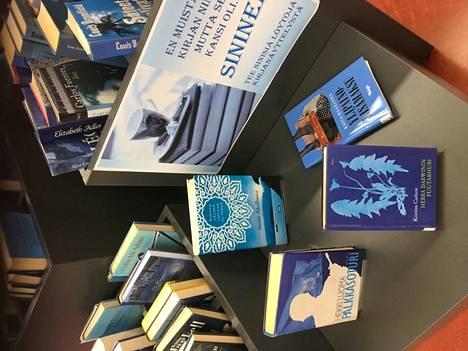 Kankaanpään mainossa kirjastossa on nyt sininen teema. Sunnuntain Read Hour -tempauksessa kannen värillä ei ole väliä, lukeminen on tärkeintä.
