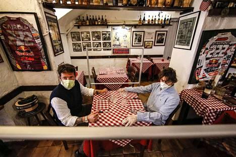 Euroopan maat kärsivät koronaviruksesta eri tavoin. Esimerkiksi pahoin velkaantuneelle Italialle koronavirus on kova isku. Italialaiseen ravintolaan asennettiin tällä viikolla pleksilasi koronaviruksen leviämisen torjumiseksi.