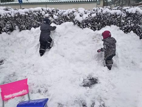 Jenni Virtasen lapset nauttivat Tasalassa isoista lumikasoista.