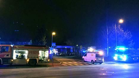 Paikalla oli neljä pelastuslaitoksen yksikköä. Tulipalossa tuhoutui pahoin yksi huoneisto.
