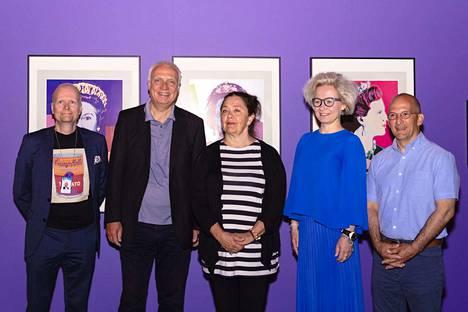 Näyttely pystytettiin viidessä päivässä, mikä oli tekijöiden mukaan reipas rutistus. Tampere-talon liiketoimintapäällikkö Mika Nevalainen, näyttelyn kuraattori Jürgen Döring, näyttelyarkkitehti Taina Väisänen, Tampere-talon toimitusjohtaja Paulina Ahokas ja näyttelyn kuratoinnissa avustanut Nicholas T. Kondoprias iloitsevat Warholin kuningattarien edessä.