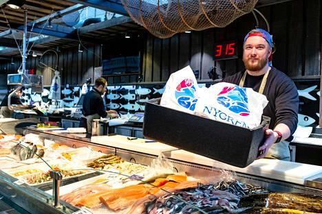 Kalakauppias Valtteri Nygren kertoo, että tilauksia kuljetetaan kolme kertaa päivässä.