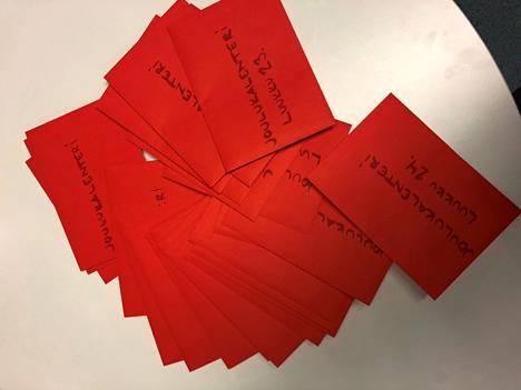 Tyrvään Sanomien joulukalenterissa haetaan joulunpunaisia kirjekuoria.