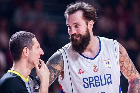 Järkälemäinen Miroslav Raduljica (213 cm / 115 kg) on Serbian ykköstähti.