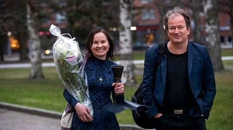 Voittoisa Marisha Rasi-Koskinen kuvattuna Sorsapuistossa marraskuussa 2020 Tulenkantaja-tuomari Kjell Westön kanssa.