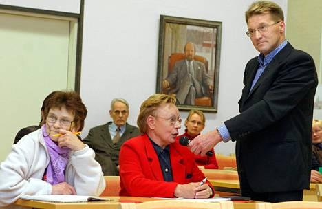 Jorma Huovinen on kirjoittanut etenkin Tampereen ja naapurikuntien kunnalliselämästä. Kuvassa vuodelta 2004 hän on tekemässä juttua Ylöjärvellä kunnallisvaalien vaalikäräjillä.