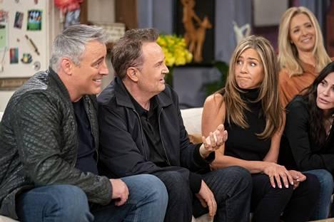 Tietovisassa testataan näyttelijöiden muistia sarjan tapahtumista. Kuvassa vasemmalta Matt LeBlanc, Matthew Perry, Jennifer Aniston, Courteney Cox ja takana Lisa Kudrow.