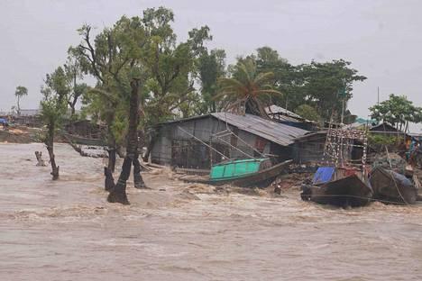 Bagerhatissa Bangladeshissa näytti tältä Amphan-hirmumyrskyn iskettyä alueelle. Myrskyn arvioidaan olleen voimakkain siellä 20 vuoteen. Yli kolme miljoonaa ihmistä on joutunut lähtemään evakkoon.