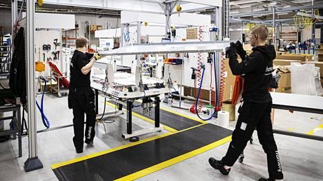 Frameryn tavoitteena on palkata tänä vuonna 150 uutta työntekijää. Jesse Rantala (oik.) on perehdyttänyt Tomi Heikkisen tuotantolinjalle tänä syksynä. He kokosivat tamperelaisyrityksen valmistamien äänieristettyjen työtilojen runkomoduuleja tuotantolinjan alkupisteessä lokakuun puolivälissä.