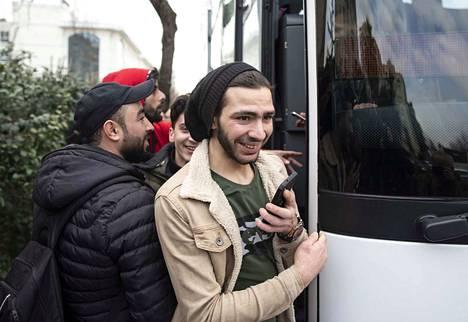 Syyrialaispakolaisia nousemassa bussiin perjantaina Edirnessä lähellä Turkin rajaa.
