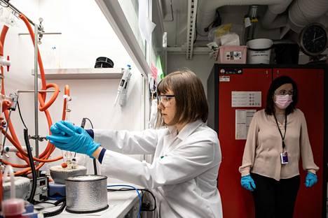 Paola Vivon (oik.) johtama Hybrid solar cells -tutkimusryhmä pyrkii kehittämään perovskiittiaurinkokennon, joka olisi sekä myrkytön, tehokas että edullinen. Anastasia Matuhina tutkii kemian laboratoriossa materiaalin käyttäytymistä.