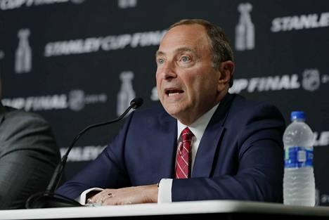 Gary Bettman johtaa NHL:ää.