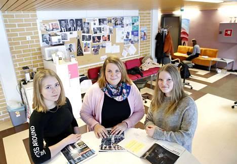 Merikarvian lukion opinto-ohjaaja Susanna Kyösti on huomannut, että ulkomailla opiskelu kiinnostaa yhä useampaa nuorta. Abiturientit Nanna Rajala ja Tyyne Vuorela eivät vielä tiedä, mihin suuntaavat lukion jälkeen.