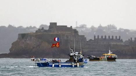 Ranskalaiset kalastusveneet osoittivat mieltään Saint Helierin sataman edustalla Britteinsaarten Jerseyssä.