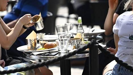 Pirkanmaalla otetaan lauantaina käyttöön uusia ravintolarajoituksia. Näin ihmiset nauttivat Helsingin keskustassa ravintolan terassilla 13. toukokuuta.