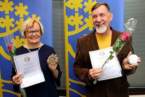 Sirpa Saunajoki ja Matti Velhonoja palkittiin Kankaanpään kaupungin eteen tehdyistä töistä Kankaanpään puolesta- mitaleilla.