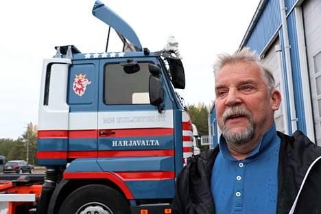 Vuoden 1996 Scania on ollut eläkkeellä jo pari vuotta, mutta Antti Niinivirta jatkaa yhä työntekoa. Niinivirta vakuuttaa, että kuljetusalalla pärjää, kunhan on valmis tahrimaan kätensä joka päivä.