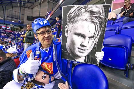 Juhani Rannikko Järvenpäästä toi mukanaan USA-otteluun ison valokuvan Kaapo Kakosta.
